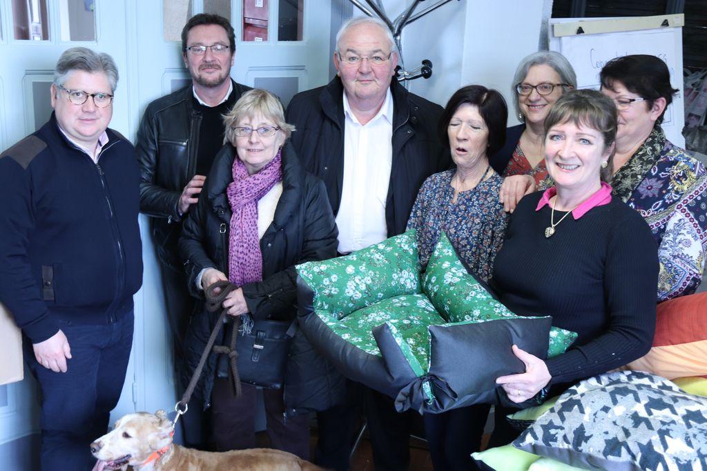 Remise des dons pour les animaux du refuge à Mm Danièle Lombart